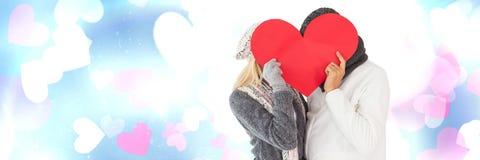 Les valentines couplent tenir le coeur et le fond de coeurs d'amour Image libre de droits