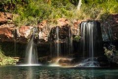 Les vallées se gorgent, des chutes, parc national de Karijini Photographie stock libre de droits