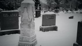 Les vampires marchant par un cimetière