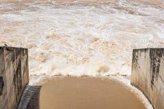 Les vannes du barrage s'ouvrent pour vidanger l'eau pour agricole photo stock