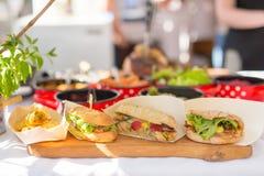 Les variétés de sandwichs faits à la maison beeing se sont vendues sur la stalle de rue Images libres de droits
