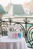Les vases en verre avec le sable et le cadre de couleur aiment le coeur Images stock