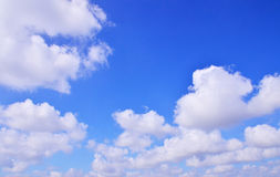Les vastes nuages de ciel bleu Images libres de droits