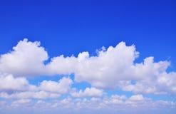 Les vastes nuages de ciel bleu Image libre de droits
