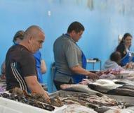 Les vendeurs commercent des poissons sur le marché de nourriture Photographie stock