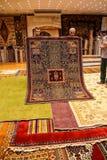 Les vendeurs de tapis ont mis dessus une exposition Photo stock