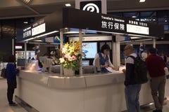 Les ventes d'assurance de voyage parent sur le terminal 2 d'aéroport de Narita tôt le matin Images stock