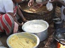 Les ventes de femme ont fait frire des casse-croûte de nourriture Photo libre de droits