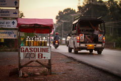Les ventes de l'essence dans des bouteilles s'approchent de la route Image stock
