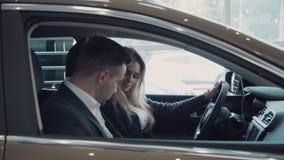 Les ventes obtient dans la voiture avec le client clips vidéos