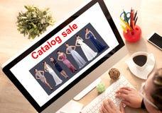 Les ventes par correspondance s'habillent sur la ligne, image numérique de concept images libres de droits