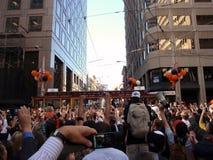 Les ventilateurs de Giants célèbrent prennent des photos passant des chariots Photographie stock libre de droits
