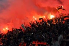 Les ventilateurs de Shakhtar ont allumé des feux d'artifice dans les stands Photo libre de droits