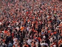 Les ventilateurs ondulent les chiffons oranges et l'acclamation pour rassembler l'équipe Images libres de droits