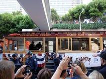 Les ventilateurs prennent des photos avec des téléphones des joueurs sur le chariot Photo libre de droits