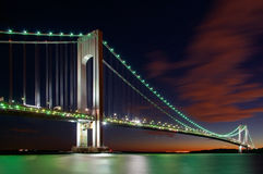 Les Verrazano-étroits jettent un pont sur, New York la nuit Images stock