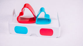les verres 3d avec les coeurs rouges et bleus représentent l'amour pour le cinéma Photo stock