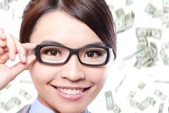 Les verres d'oeil de contact de femme d'affaires avec l'argent pleuvoir Images stock