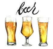 Les verres de bière d'aquarelle ont placé d'isolement sur le fond blanc Photos stock