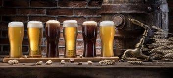 Les verres de bière et de bière anglaise barrel sur la table en bois Brasseur de métier Photographie stock libre de droits