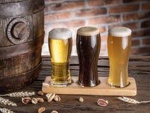 Les verres de bière et de bière anglaise barrel sur la table en bois Brasseur de métier Images stock