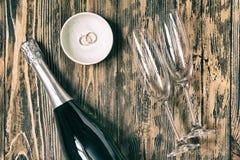 Les verres de Champagne épousant le concept aiment le rétro saint rustique en bois Photos libres de droits