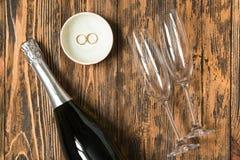 Les verres de Champagne épousant le concept aiment le rétro saint rustique en bois Photographie stock