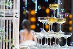 les verres de champagne pour célèbrent le mariage Image libre de droits