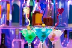 Les verres de cocktail avec de l'alcool de couleur boit dans la barre Photographie stock libre de droits