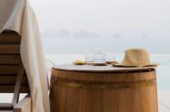 Les verres de l'eau avec le chapeau sur le baril à l'hôtel échouent Photos stock