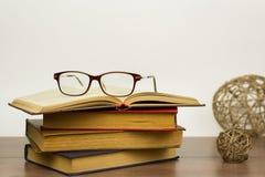 Les verres de lecture sont sur le livre image libre de droits