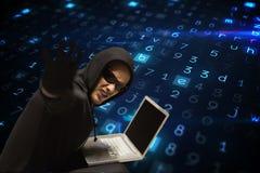 Les verres de port criminels de Cyber entaille d'un ordinateur portable sur le fond de pluie de code de matrice image libre de droits