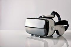 Les verres de réalité virtuelle sur le metraquilate blanc ajournent la vue de côté image libre de droits