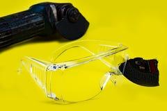 Les verres de sûreté ont sauvé ceci sont travail de moment d'oeil parce que prise en coupant des disques cassés, sécurité d'abord photo stock