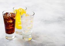 Les verres de soude boivent avec des glaçons et des bulles sur le fond en pierre de table de cuisine Kola et soude orange de limo photo stock