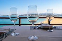 Les verres de vin préparent avant le déjeuner photo libre de droits