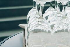 Les verres de vin vides sur le plateau Photographie stock