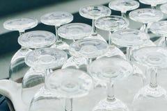 Les verres de vin vides sur le plateau Photos stock