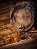 Les verres de whiskey avec des glaçons ont servi sur le bois Photos stock