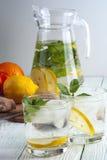 Les verres du detox boivent avec le citron, la menthe et le gingembre Images stock