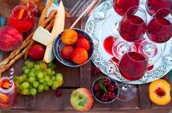 Les verres du vin rouge sur le coucher du soleil échouent Photos stock