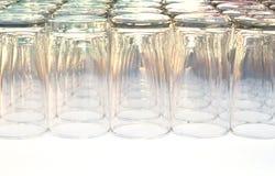 Les verres empilent sur la table Image stock