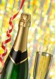 Les verres et la bouteille de champagne, serpentent d'isolement sur un fond blanc. Photographie stock libre de droits