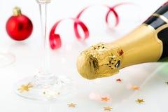 Les verres et la bouteille de champagne, serpentent d'isolement sur un fond blanc. Images stock