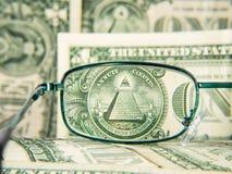 Les verres se sont concentrés sur le billet de banque du dollar avec la pyramide, détail Images stock