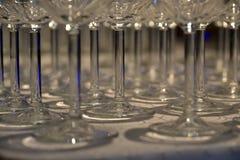 Les verres sur la table ont astucieusement arrangé avec la lumière spéciale Images libres de droits