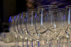 Les verres sur la table ont astucieusement arrangé avec la lumière spéciale Photo libre de droits