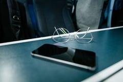 Les verres titaniques d'Eyewear forment la table int?rieure de voyage images libres de droits