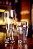 Les verres vides dans le bar Photographie stock libre de droits