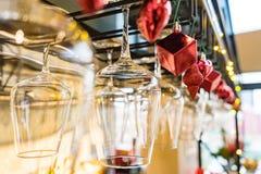Les verres vides de vin au-dessus d'une barre étirent sur le decorati de Noël Images stock